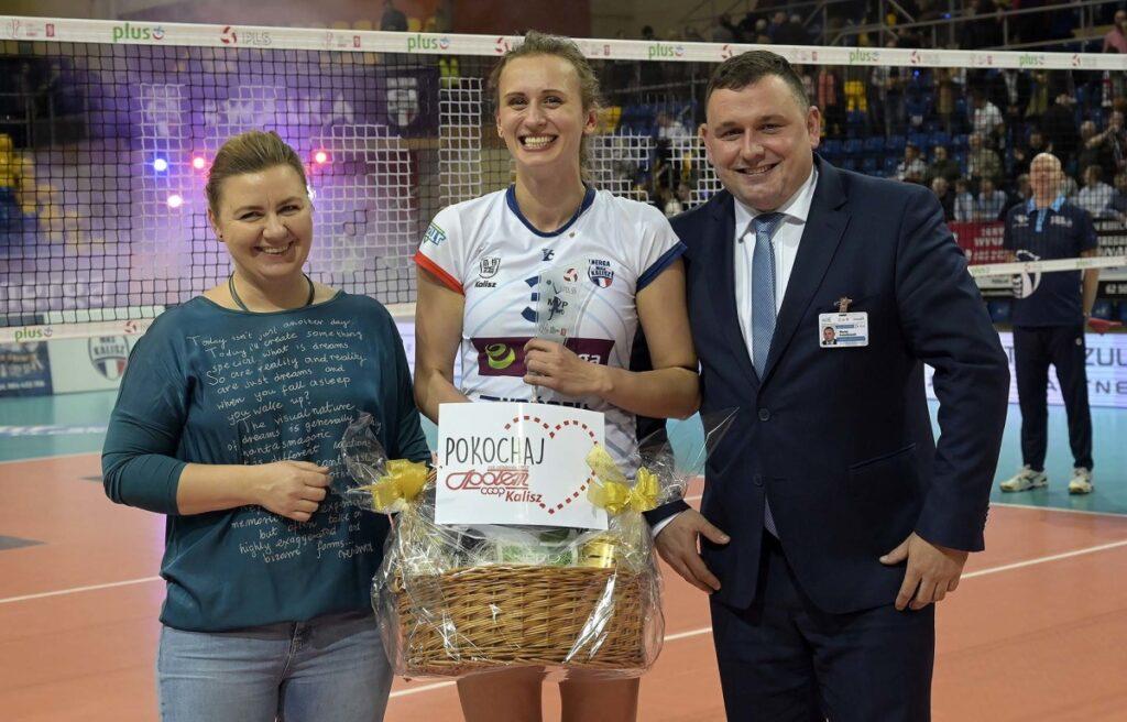 Monika Ptak z nagrodą od Społem Kalisz dla najlepszej zawodniczki spotkania / fot. Michał Rabiega