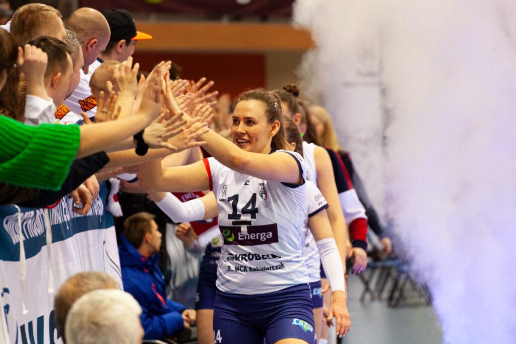 Ewelina Brzezińska (Energa MKS Kalisz) dziękująca wraz z całym zespołem kibicom za doping w sezonie 2019/20